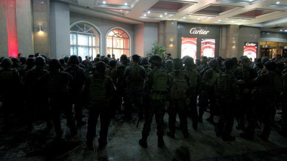 Les militaires entrent dans leResorts World Manila aux Philippines, le 2 juin 2017.