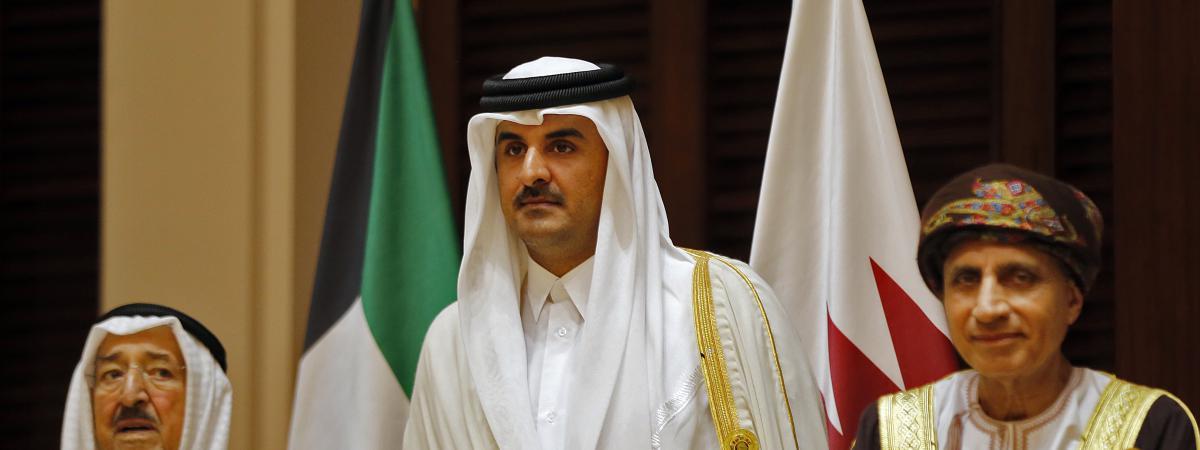 De gauche à droite : l\'émir du Koweït Sabah al-Ahmad al-Jaber al-Sabah, l\'émir du Qatar Sheikh Tamim bin Hamad al-Thani et le ministre des Affaires Étrangère dYusuf bin Alawi au Conseil de coopération du Golfe, en décembre 2016.