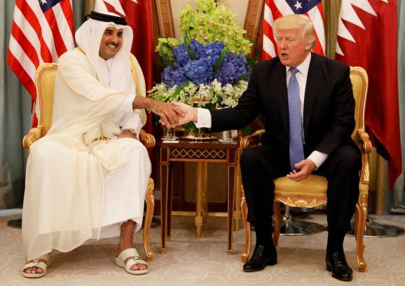 L\'émir Tamin Ben Hamad Al-Thani, qui dirige le Qatar, et Donald Trump, président des Etats-Unis, le 21 mai à Riyad (Arabie saoudite).
