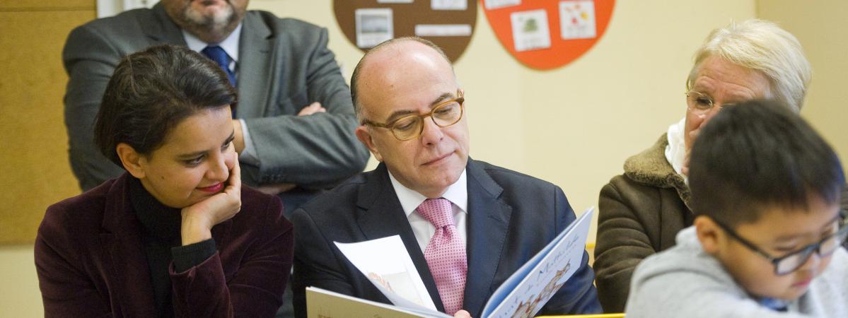 L\'ex-Premier ministre, Bernard Cazeneuve (au centre), et l\'ancienne ministre de l\'Education nationale, Najat Vallaud-Belkacem (à gauche), à Clermont-Ferrand (Puy-de-Dôme), le 6 janvier 2017.