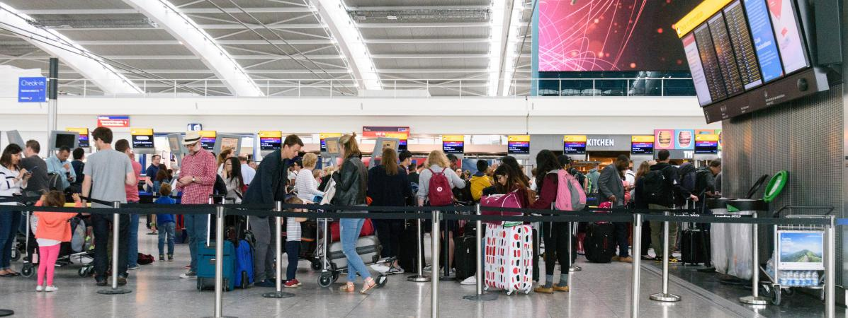 Des passagers attendent leur avion à l\'aéroport londonien d\'Heathrow (Royaume-Uni), le 29 mai 2017.