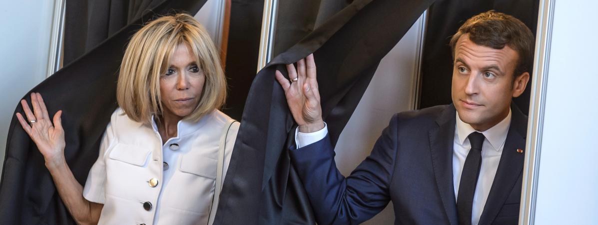 Le président de la République, Emmanuel Macron et son épouse, Brigitte Macron dans leur bureau de vote au Touquet (Pas-de-Calais), le 11 juin 2017.
