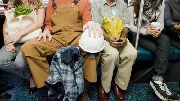 Madrid s'attaque aux hommes qui écartent les jambes dans le métro — Manspreading