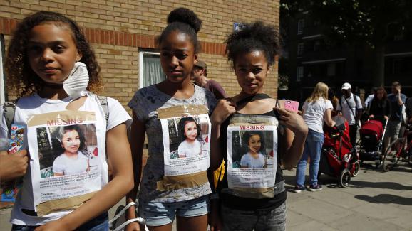 Des jeunes filles arborent, le 15 juin 2017, des photos de Jessica Urbano, portée disparue depuis l\'incendie de la tour Grenfell.
