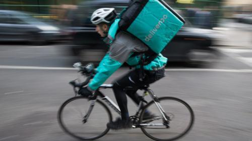 """""""J'ai eu un malaise sur mon vélo"""" : le dur labeur des livreurs de repas pendant la canicule"""