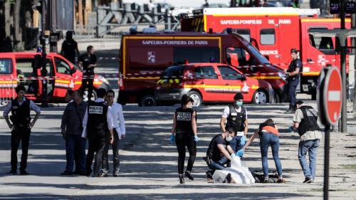 """Attentat raté sur les Champs-Élysées : """"On a eu une bonne étoile"""", témoigne le premier gendarme arrivé sur place"""
