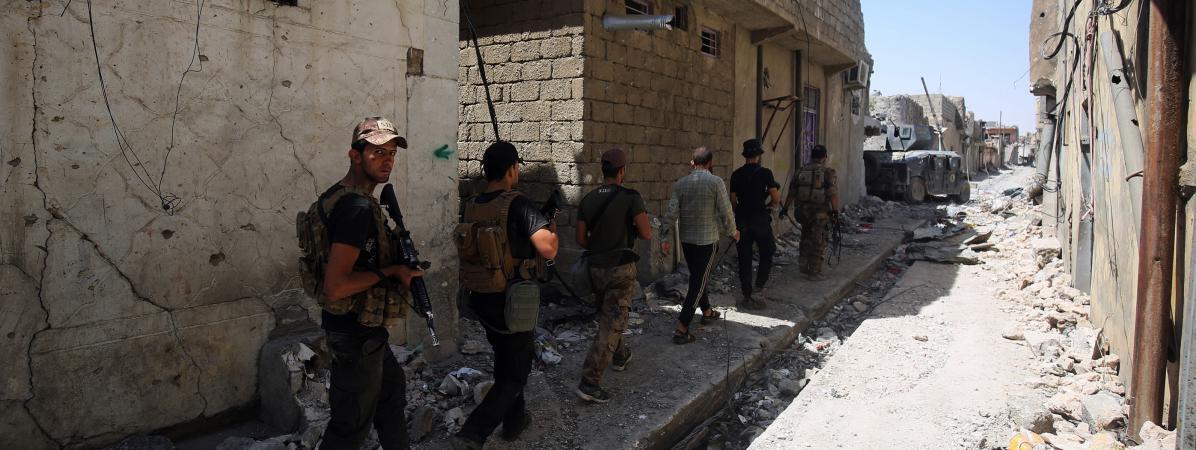 Les forces antiterroristes irakiennes progressent à pied, dans la vieille ville de Mossoul (Irak), le 22 juin 2017.