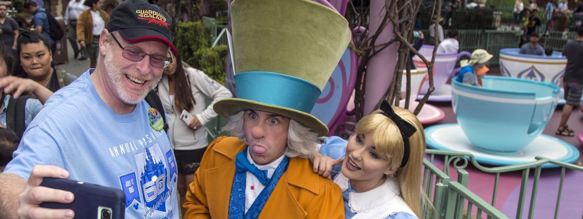 Jeff Reitz se prend en photo au parc Disneyland d\'Anaheim, en Californie (Etats-Unis), le 22 juin 2017.