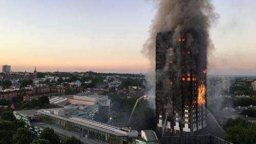 """Londres : après l'incendie de la tour Grenfell, cinq tours """"évacuées immédiatement"""""""