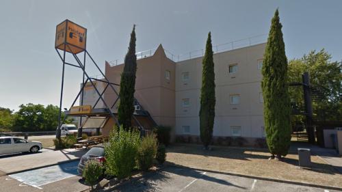 Isère : des membres de Génération identitaire montent sur le toit d'un hôtel destiné à accueillir des demandeurs d'asile