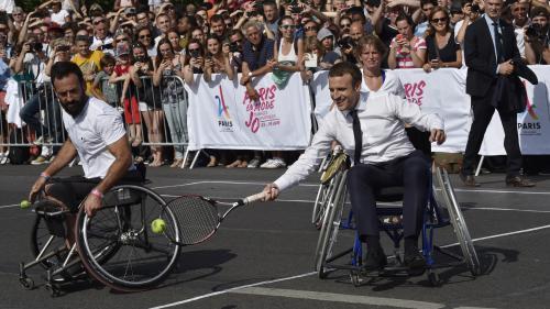 VIDEO. Emmanuel Macron joue au tennis en fauteuil roulant pour soutenir la candidature de Paris aux JO 2024
