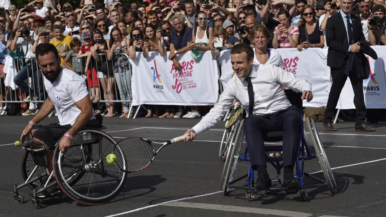 emmanuel macron joue au tennis en fauteuil roulant pour soutenir la candidature de