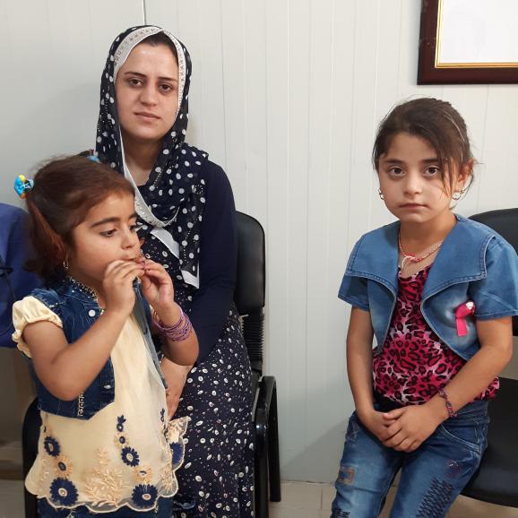 Perwine, 23 ans, a été l'une des esclaves sexuelles de l'Etat islamique. Elle pose ici, en 2017, avec ses filles Soraya, 3 ans, et Selvana, 5 ans.