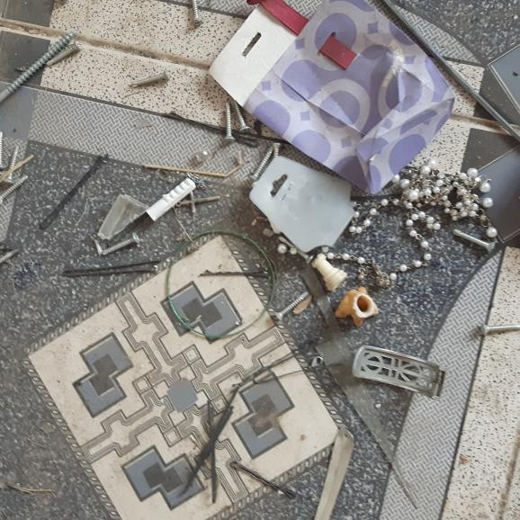 Des barrettes et des colliers que devaient porter les esclaves sexuelles des djihadistes, retrouvée sur le sol d'une maison deQaraqosh, en Irak, en 2017.
