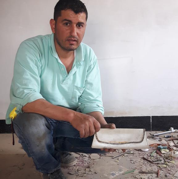 Rudy, un habitant de Qaraqosh, a retrouvé des effets personnels des esclaves sexuelles du groupe Etat islamique dans sa maison, comme cesac àmain.