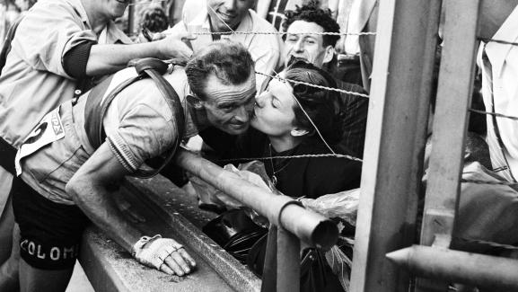 Le coureur français Jean Robic embrasse sa femme, dans les années 1950.