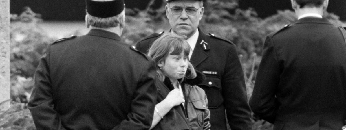 Murielle Bolle, alors âgée de 15 ans, entourée de policiers à Epinal (Vosges), le 5 novembre 1984.
