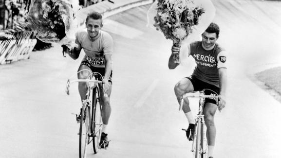 Jacques Anquetil, vainqueur du Tour de France 1964, et son dauphin, Raymond Poulidor (à dr.) effectuent un tour d'honneur sur le vélodrome du Parc des Princes, à Paris, le 14 juillet 1964.