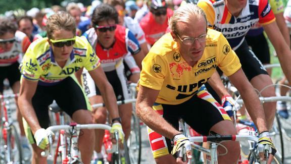 Laurent Fignon portant le maillot jaune sur le Tour de France, le 12 juillet 1989, lors de l'étape Luchon-Blagnac.