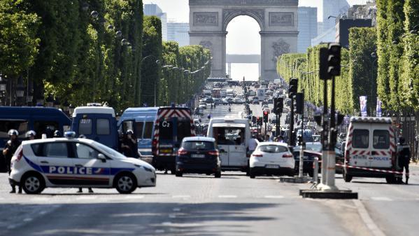 nouvel ordre mondial   Attentat des Champs-Élysées : un an après l'attaque, un hommage rendu au policier Xavier Jugelé