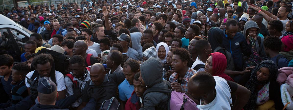 Des migrants lors de l\'évacuation du camp de la porte de la Chapelle à Paris, le 7 juillet 2017.