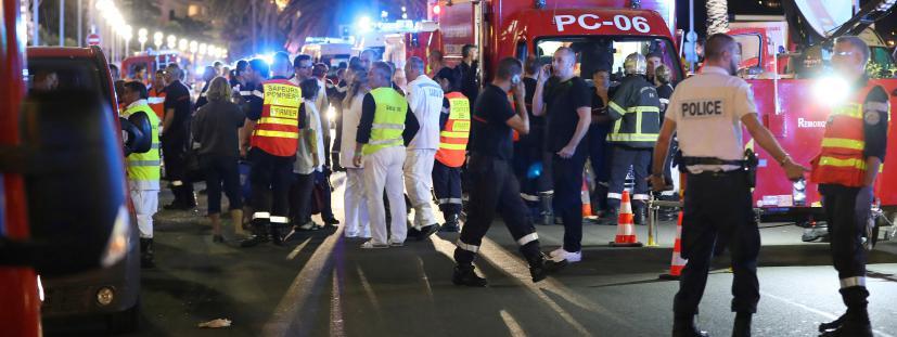 Des policiers, des pompiers et le personnel du Samu sur les lieux de l\'attentat du 14 juillet 2016 à Nice (Alpes-Maritimes).