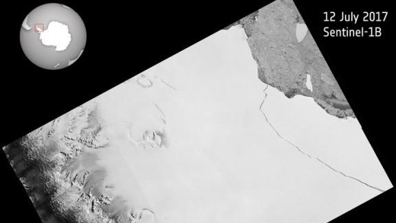 Vue modélisée de la plateforme glacière Larsen C,collée à la péninsule antarctique, avec le détachement de l\'iceberg A68.