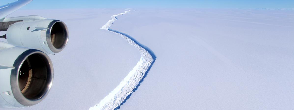 La faille séparant l\'iceberg de la barrière de glace Larsen C, photographiée par avion, une image publiée par la Nasa le 1er juin 2017.