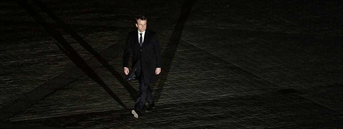 Emmanuel Macron se dirige vers la pyramide du Louvre, à Paris, au soir du second tour de l\'élection présidentielle, le 7 mai 2017.