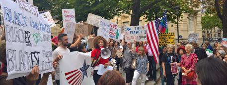 Une petite centaine de manifestants, des expatriés américains pour la plupart, ont exprimé leur mécontentement contre la politique de Donald Trump, jeudi 13 juillet 2017, place des Etats-Unis à Paris.