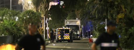 Le camion qui a foncé sur la foule lors de l\'attentat le 14 juillet 2016 à Nice (Alpes-Maritimes).