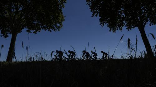 Tour de France : les coureurs abordent la dernière difficulté de l'étape auvergnate. Regardez la course en direct