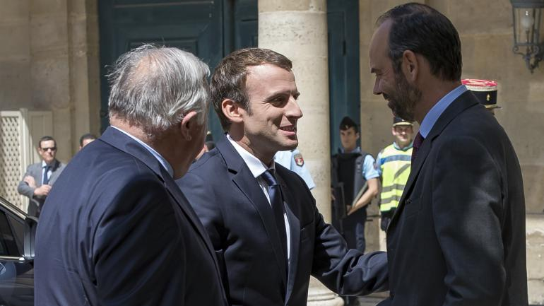 Le président de la République, Emmanuel Macron, avec le Premier ministre Edouard Philippe et le président du Sénat, Gérard Larcher, lors de la Conférence nationale des Territoires, le 17 juillet 2017 à Paris.