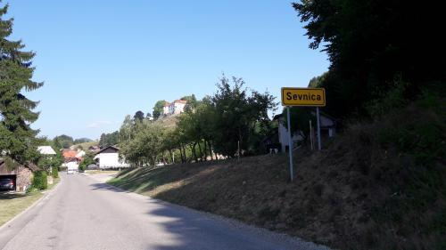 """Chocolat, vin et salami """"First Lady"""" : en Slovénie, dans le village natal de Melania Trump, le business est florissant"""