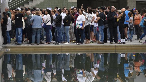 Des Vénézuéliens attendent leur tour pour voter au référendum organisé par l\'opposition, dimanche 16 juillet 2017 à Caracas.