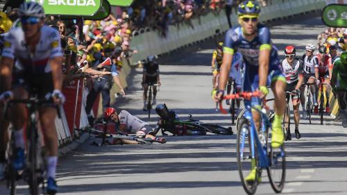 """Chutes, """"cagades"""" et course contre un tramway : les meilleurs gifs du Tour de France 2017"""
