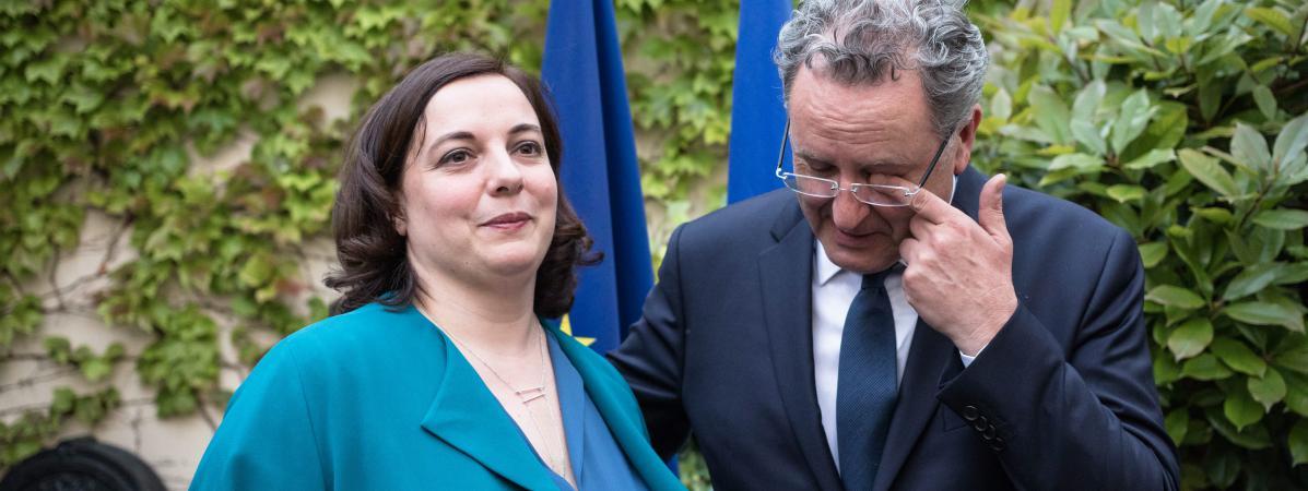 Emmanuelle Cosse participe à la passation de pouvoirs au ministère du Logement avec son successeur Richard Ferrand, à Paris, le 17 mai 2017.