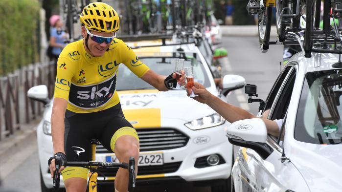 VIDEO. Tour de France 2017 : Chris Froome trinque au champagne rosé avec son équipe