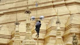 VIDÉO. Birmanie : un temple bouddhiste emporté par la montée des eaux