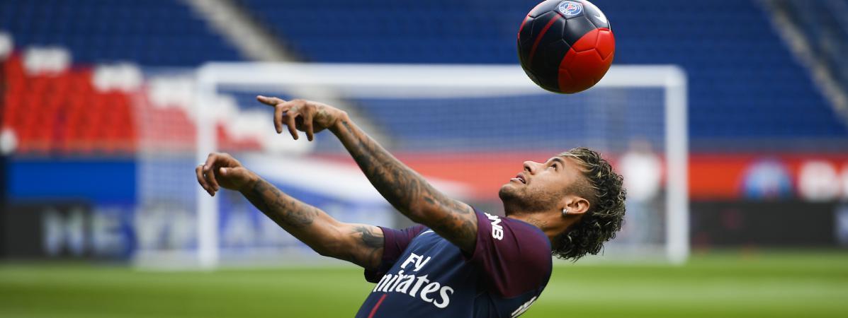 Neymar jongle avec un ballon, le 4 août 2017, lors de sa présentation officielle au Parc des princes, à Paris.