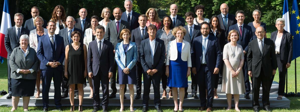 Le gouvernement Philippe pose pour la photo officielle dans les jardins de l\'Elysée, le 22 juin 2017.
