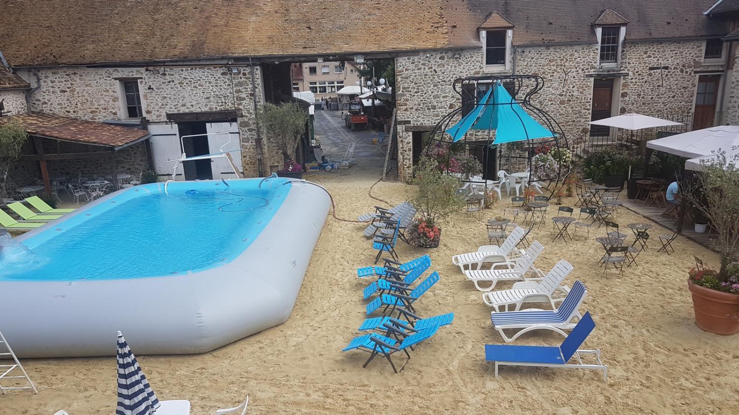 Essonne le maire de janvry d nonce un p tage de plomb for Animaux gonflable piscine