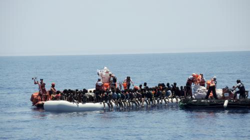 Tunisie : un homme donne une sépulture aux migrants