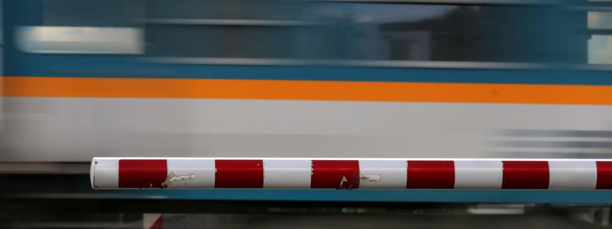 Un train régional passe près d\'un passage à niveau en Allemagne, le 11 juillet 2017.
