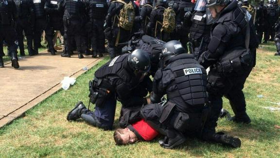 Des policiers de l'Etat de Virginie ont arrêté plusieurs personnes dans le parc prévu pour le rassemblement d'extrême-droite, samedi 12 août 2017 à Charlottesville (Etats-Unis), qui entendent protester contre la dépose d'une statue du général sudiste Lee.