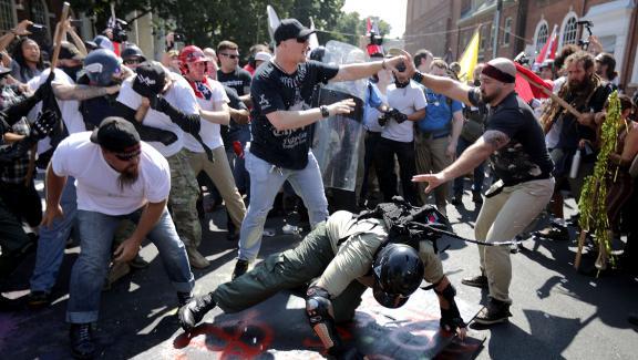Des échaufourées ont eu lieu entre des nationalistes et membres de la mouvance &quotalt-right&quot et des contre-manifestants, samedi 12 août 2017 à Charlottesville (Etats-Unis).