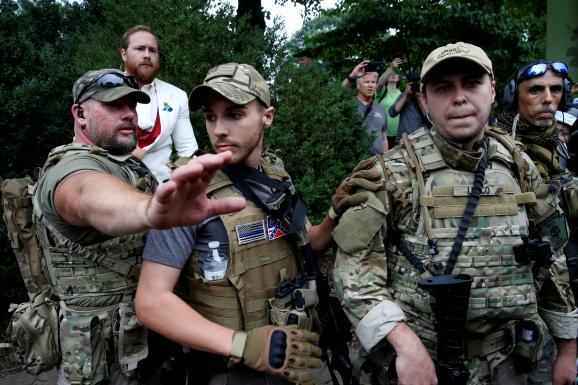 Des suprémacistes armés participent au rassemblement de Charlottesville, samedi 12 août 2017.&ampnbsp