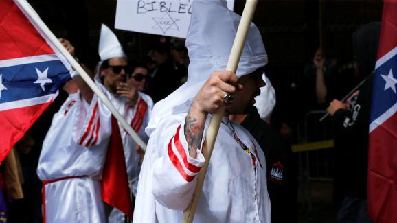 Des membres du Ku Klux Klan défilent dans les rues de Charlottesville (Etats-Unis), le 8 juillet 2017.