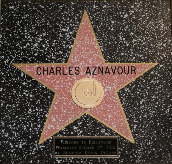 L\'étoile honorifique reçue par Charles Aznavour le 27 octobre 2016 à Hollywood