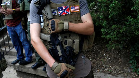Un membre d'une milice de suprémacistes blancs, près du rassemblement de Charlotteville (Virginie), le 12 août 2017.